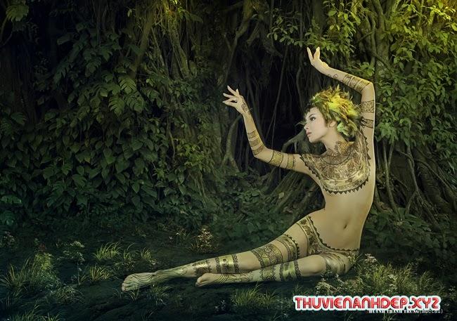 Bộ ảnh bodypainting ấn tượng của hot girl Nga Tây