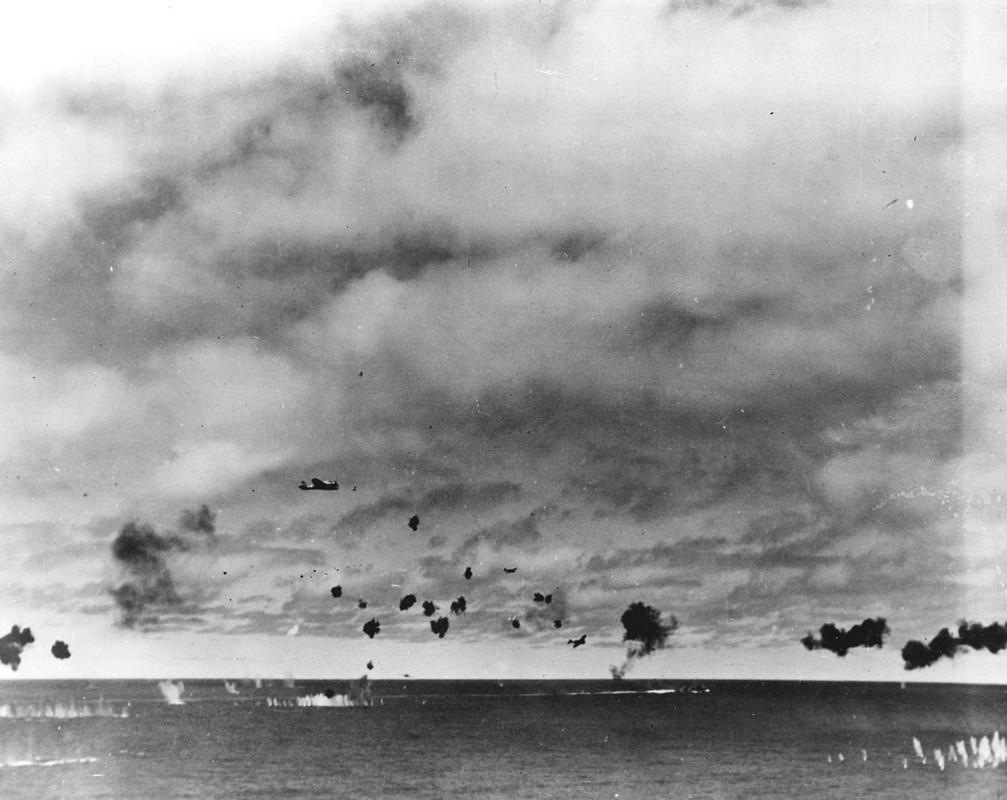 Un Nakajima B5N2 Kate perteneciente al portaaviones IJN Hiryu en medio de un intenso fuego antiaéreo, durante el ataque con torpedos al portaaviones USS Yorktown CV-5 a media tarde del 4 de junio de 1942